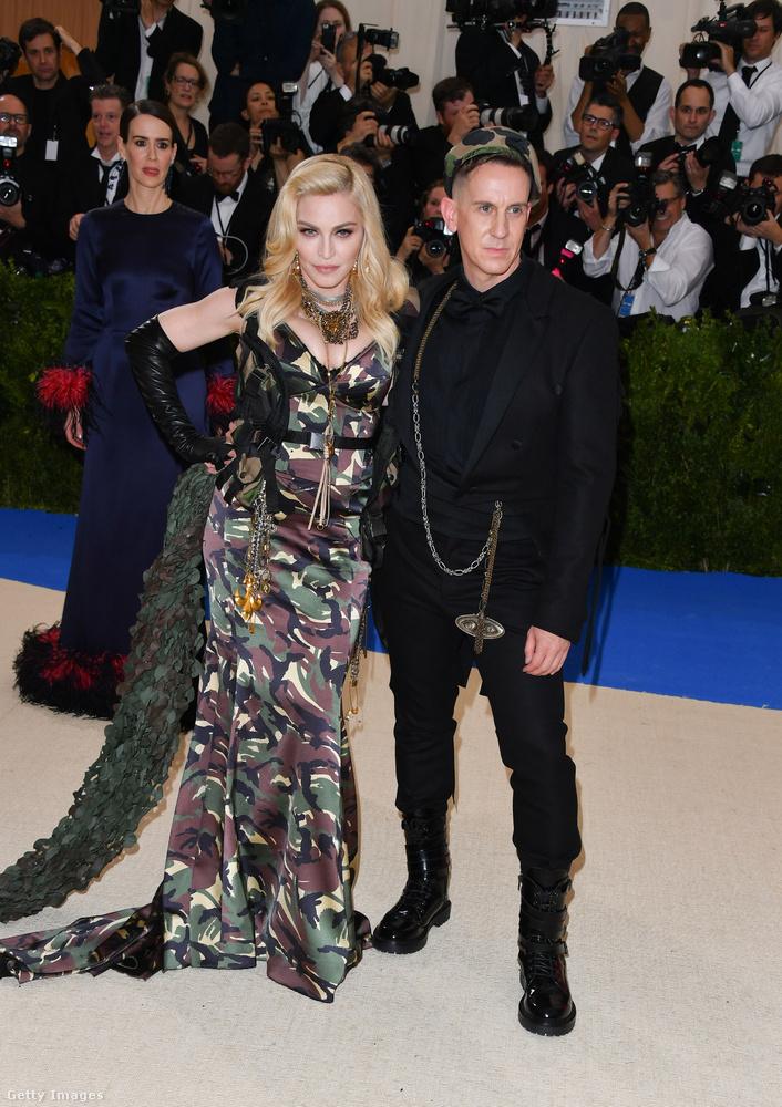 A háttérben csodálkozó Sarah Paulson nem érti, miért nem látja Madonnát a divattervező, Jeremy Scott mellett