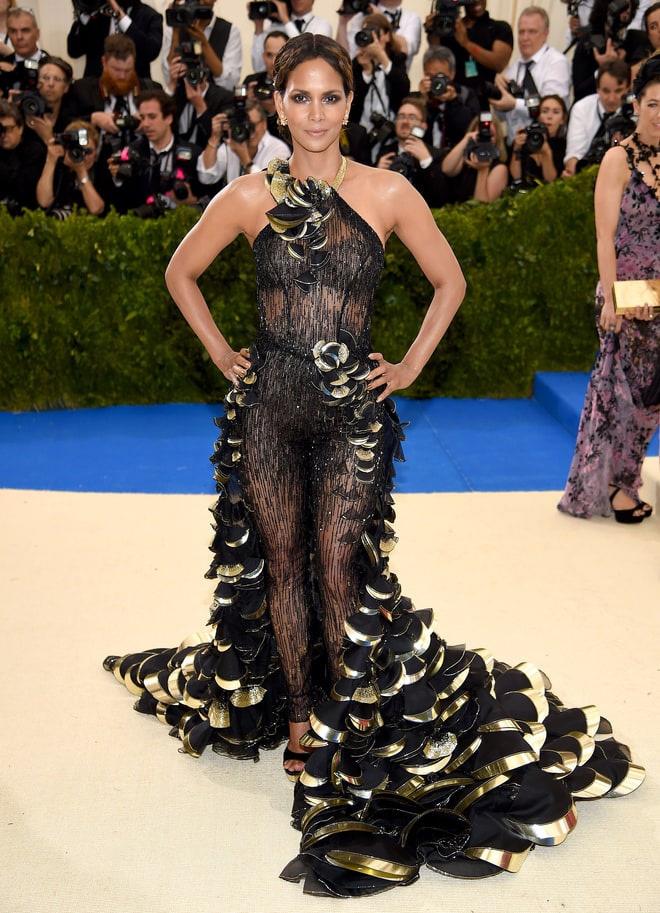 Halle Berry általában nem húz ilyen sokat mutató ruhát, de most még ő is bevállalta ezt a merész estélyit.