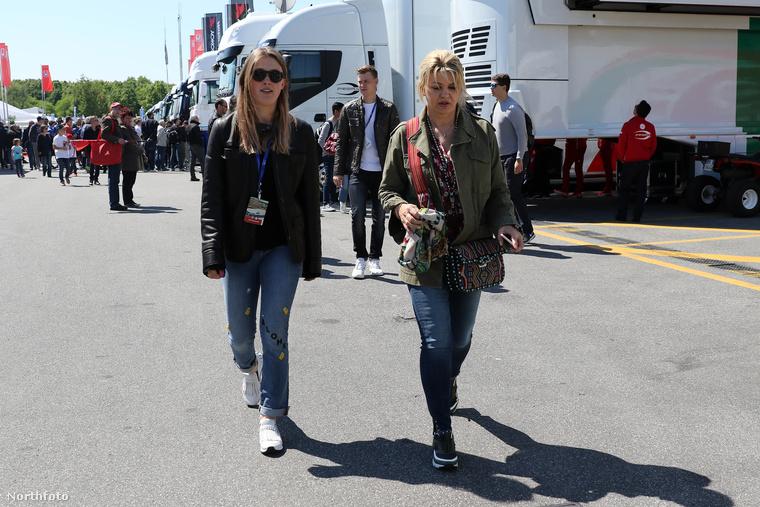 Édesanyja, Corinna és testvére, Gina-MAria Schumacher is ott voltak Monzában.