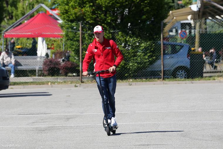 Michael Schumacherről továbbra sincs hír.                         A 2013-as síbalesete után több évvel egyedül annyi biztos, hogy minimális ápolószemélyzet látja el a Forma 1 sztárját.