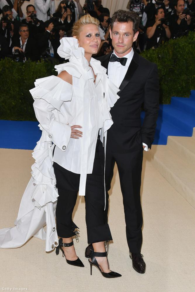 Claire Danes egy nagyon fura szettet vett fel aznap, és őszintén szólva férjén, Hugh Dancyn nem igazán látjuk a lelkesedést