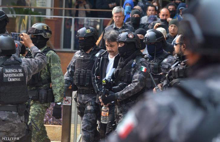 Dámaso López Núnezt, a Sinaloa drogkartell egyik vezetőjét kísérik rendőrök 2017. május 2-án, miután elfogták egy előkelő mexikóvárosi negyed lakóházában.