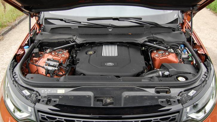 V6-os motor, erősen hátratolva