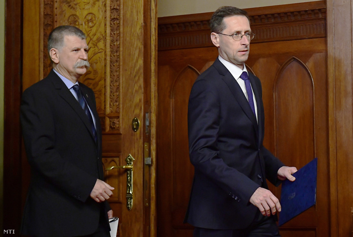 Varga Mihály nemzetgazdasági miniszter a 2018-as költségvetésről szóló törvényjavaslat benyújtására érkezik Kövér László házelnök társaságában az Országházban 2017. május 2-án