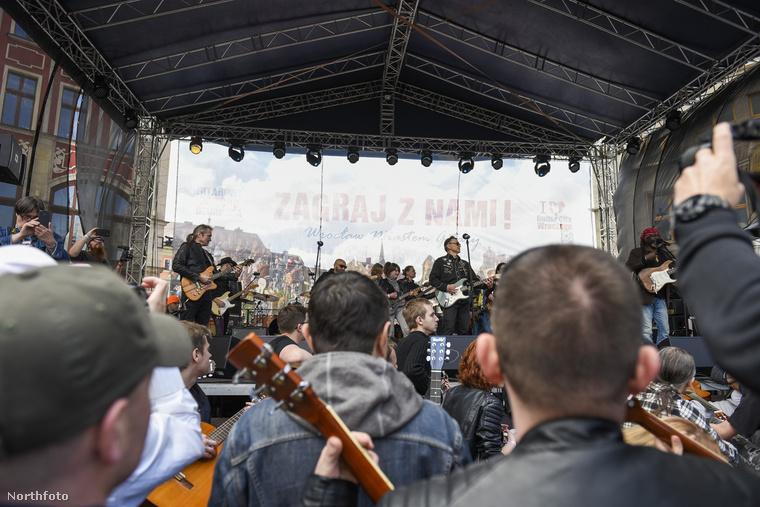Az egész város tele volt gitárosokkal.Kivételes pillanat:amikor a közönség ugyanazt csinálja, és ugyanazt az egy számot játssza, mint a színpadon állók.