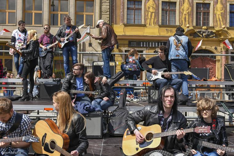 Idén is a munka ünnepén tartották meg a nagy gitáros dzsemborit