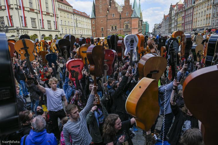 Ez az össznépi zenei esemény abból áll, hogy több ezer gitáros összegyűlik a város főterén, és egyszerre eljátsszák Hendrix Hey Joe című számát