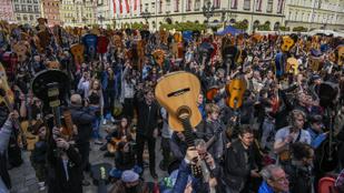 Több mint 6 ezer gitáros játszott Jimi Hendrixet Wroclaw főterén