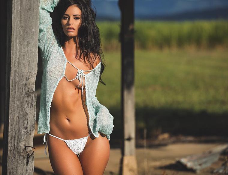 Egy Playboy-modell, a 25 éves Jaylene Cook azzal váltott ki közepes mértékű népharagot Új-Zélandon, hogy meztelenül fotózkodott a Taranaki-hegyen, amit a maorik szent helyként tisztelnek.Ha ezen a fotón csak másfajta domborulatokat tud azonosítani, nem az ön készülékében van a hiba, de nyugodjon meg, máris mutatjuk az ominózus képet!