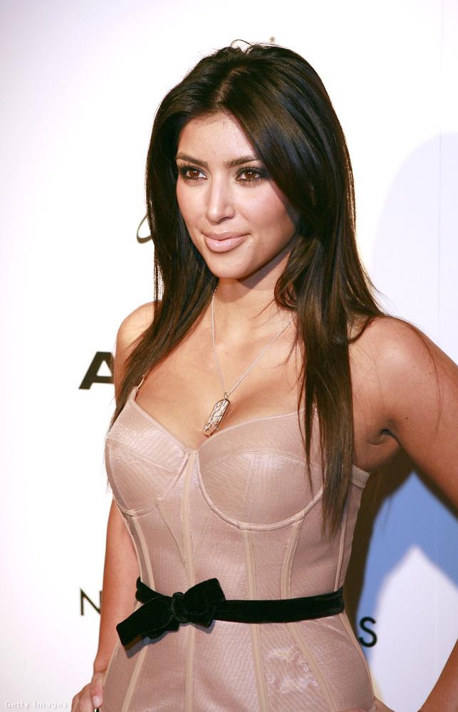 Ne hagyjuk ki a feleségét, Kim Kardashiant sem, aki 2007-ben még nem tudta, hogy harmadik férje, Kanye West ajándékozza majd meg a családi boldogsággal (vagy mégse?) - és egy egészen új stílussal