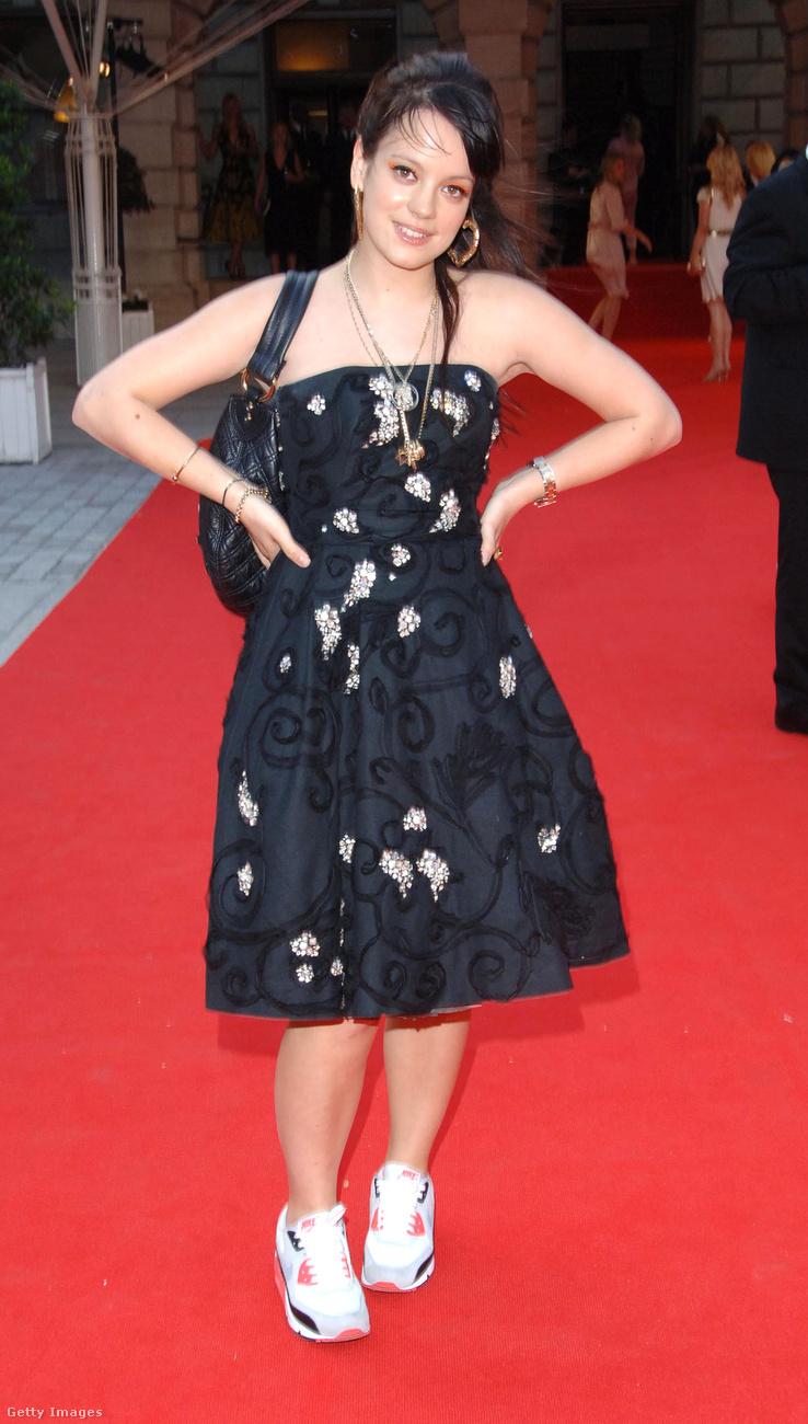 Lily Allen is ugyanebben az időszakban tűnt fel: 2006-ban jelent meg az Allright, still című lemeze, ami világszerte ismertté tette.Az azóta eltelt időben férjhez ment, szült két lányt, majd szétmentek a férjével