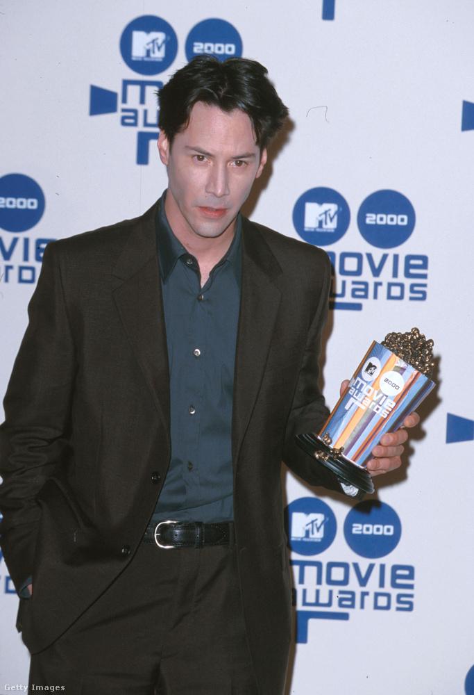 Keanu Reeves pedig egészen hétköznapi viseletben jelent meg az MTV kilencedik filmes díjátadóján, 2000-ben