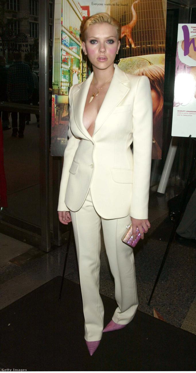 Scarlett Johansson a Lost In Translation 2003-as New York-i premierjén - ő azért olyan sokat nem változott, csak már nem sminkelik bohócnak.(Azóta ő is szült egy gyereket, de most megint pont ilyen rövid, fiús hajjal nyomul.)