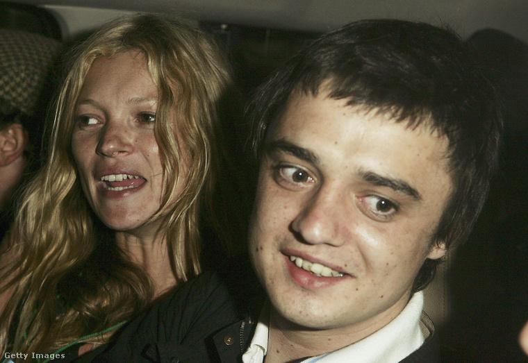 Na és a kétezres évek botrányos celebpárja rémlik még? Kate Moss szupermodell és a Libertines hírhedt énekese, Pete Doherty bizony évekig botrányoktól sem mentes kapcsolatban éltek, és még arról is szó volt 2007-ben, hogy házasságot kötnek - ebből végül nem lett semmi.Moss Jamie Hince-hez, a Kills gitárosához ment feleségül 2011-ben, de négy évvel később szétváltak