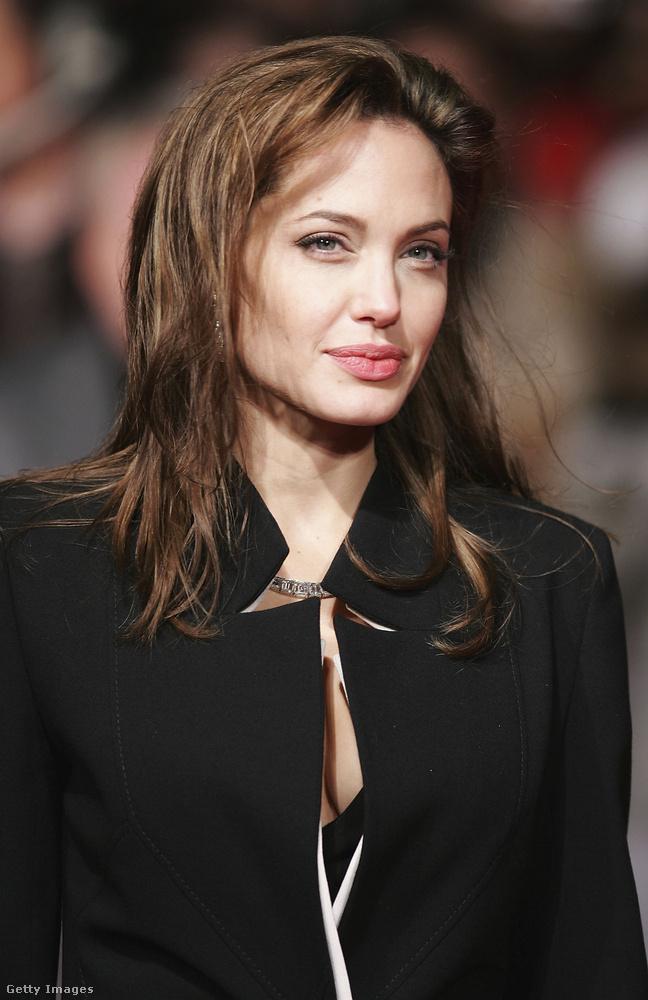 Angelina Jolie stílusa viszont nagyjából azóta is változatlan, csak hát a mai helyzethez képest 2005 januárjában, a Nagy Sándor, a hódító című filmjének londoni bemutatóján még egészen kisimult volt
