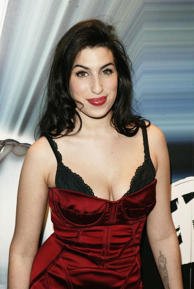 Amy Winehouse az évtized ikonikus énekesnője volt, aki egy egyszerű londoni zenészből lett milliók imádatának tárgya