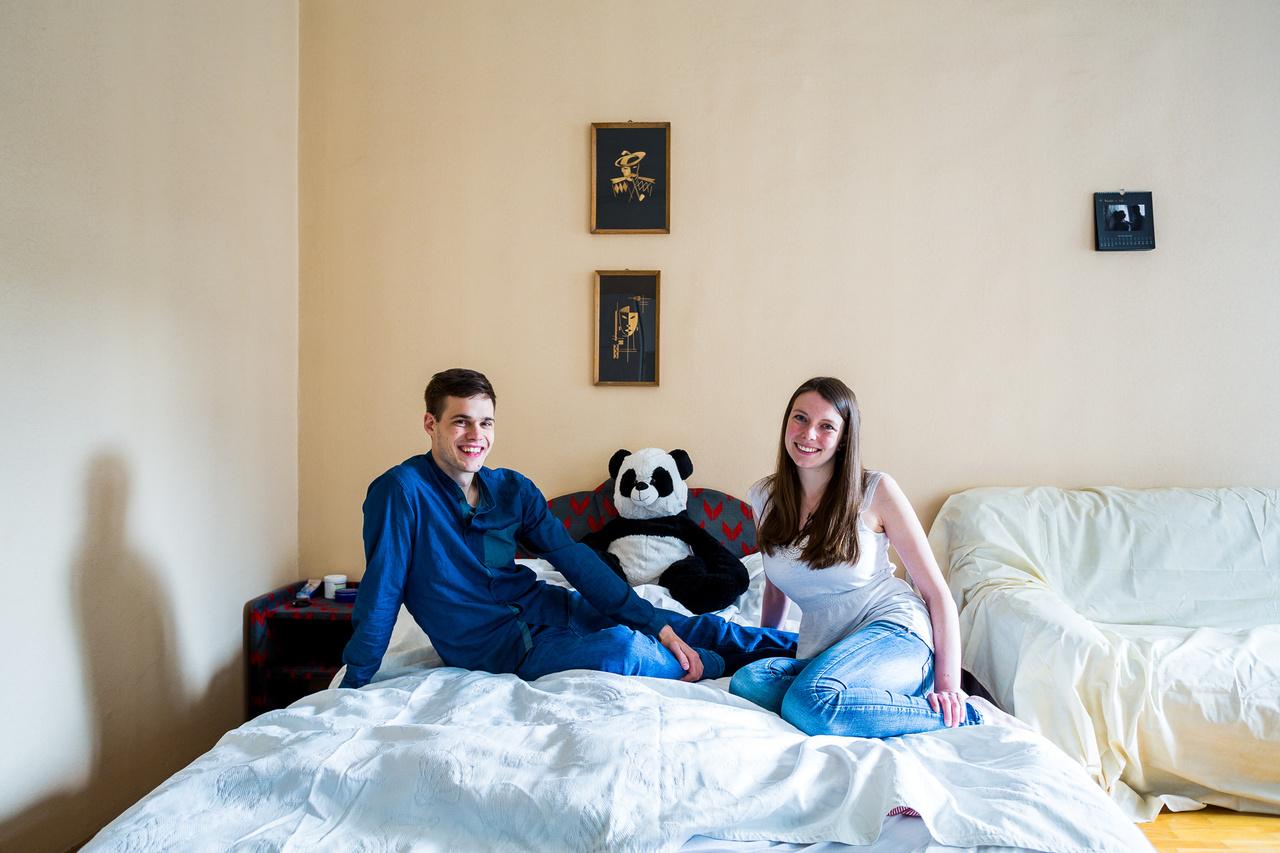 Anne-Sophie és BálintA 24 éves német-francia állampolgárságú Anne-Sophie a németországi Koblenzben ismerkedett meg magyar barátjával Bálinttal, aki az Óbudai Egyetem mérnökinformatika szakos hallgatójaként élt Erasmus ösztöndíjjal a városban 2014 őszétől majdnem másfél évig. 2015 tavasza óta vannak együtt, tavaly óta pedig Anne-Sophie tanul Erasmus ösztöndíjjal Budapesten az ELTE–PPK pszichológia szakán és ősztől a CEU egyik mesterképzésén folytatja majd tanulmányait.