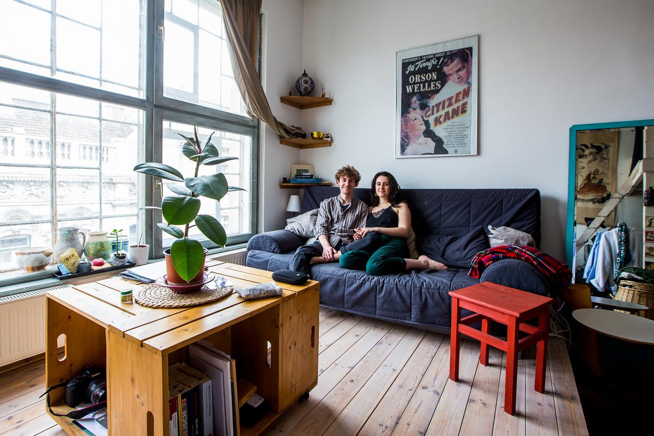 Laura és LeoA 24 éves francia Laura és 25 éves német párja, Leo mindketten Budapestre jöttek Erasmus ösztöndíjjal tavaly ősszel. Laura a brüsszeli L'École de la Cambre egyetem vendéghallgatójaként a MOME fotó szakán tanul és a MOME nyitóbulijában találkozott Leóval, aki a német friedrichshafeni Zeppelin Egyetemről hallgatott át a budapesti Andrássy Egyetemre szociológiát és politológiát. Leo ösztöndíja ugyan az év elején már lejárt, de február óta együtt él Laurával még Budapesten.