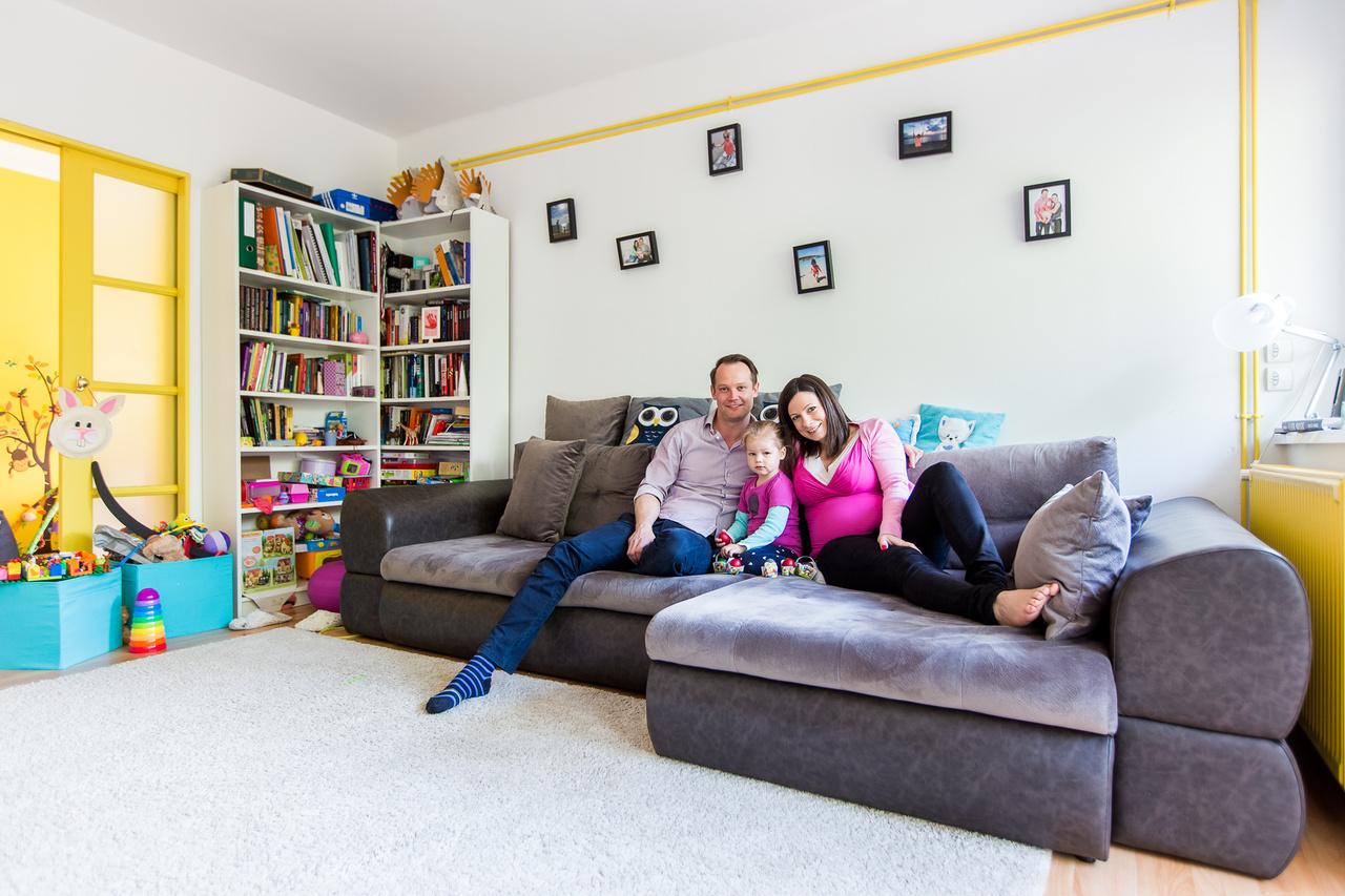 Linda és MadsLinda termékfejlesztési osztályvezetőként dolgozott egy életbiztosítónál Budapesten, amikor megismerte dán párját, aki a Copenhagen Business Schoolon folytatott európai tanulmányok után a CEU MBA képzésén vett részt Erasmusszal 2009 őszén. Mindketten 33 évesek és majdnem nyolc éve vannak együtt és néhány hónappal megismerkedésük után, 2009 végén költöztek össze Budapesten. Nem házasok, most várják két és fél éves Mia lányuk kistestvérét. Mads fejvadászként dolgozik a CIELO Tehetséggondozónál, Linda pedig már termék- és üzletfejlesztési igazgatóként dolgozik ugyanannál az életbiztosítónál.