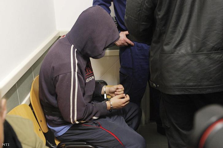 Előzetes letartóztatásba helyezték azt a 15 éves fiút, aki a gyanú szerint április 30-án megölt két hajléktalant Tatabányán