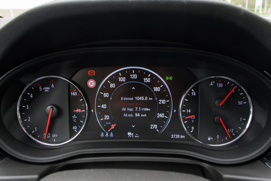 Modern autóban ritka: olajhőmérséklet mérő is van az Insigniában