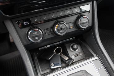 A kulcs alatt vezeték nélküli mobiltöltő található