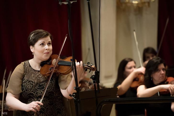 Záborszky Katariina hegedûmûvész a Budavári Önkormányzat kadenciaversenyének gyõztese a Beethoven Budán Fesztivál megnyitóján
