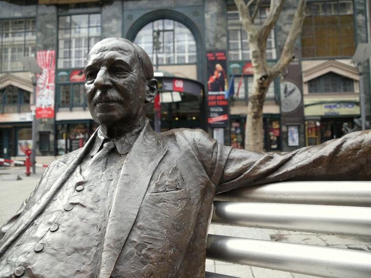 Kálmán Imre szobra a Budapesti Operettszínház főbejárata előtt