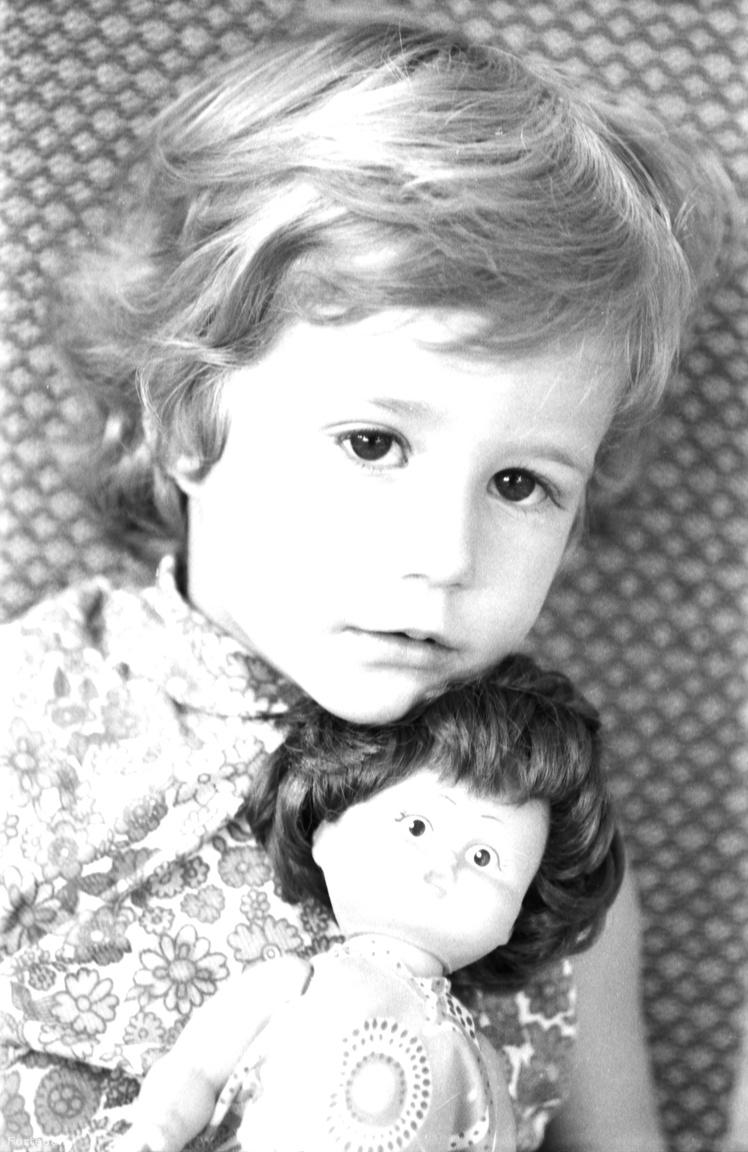 Az első unoka, Glázer Andrea 1969-ben érkezett. Szűcs Ervin 54 éves volt ekkor. Öt évvel később, 1974-ben megszületett Jakobi Ákos, a második unoka, egy évre rá következett Glázer Attila, 1976-ban pedig Jakobi Nóra is világra jött.