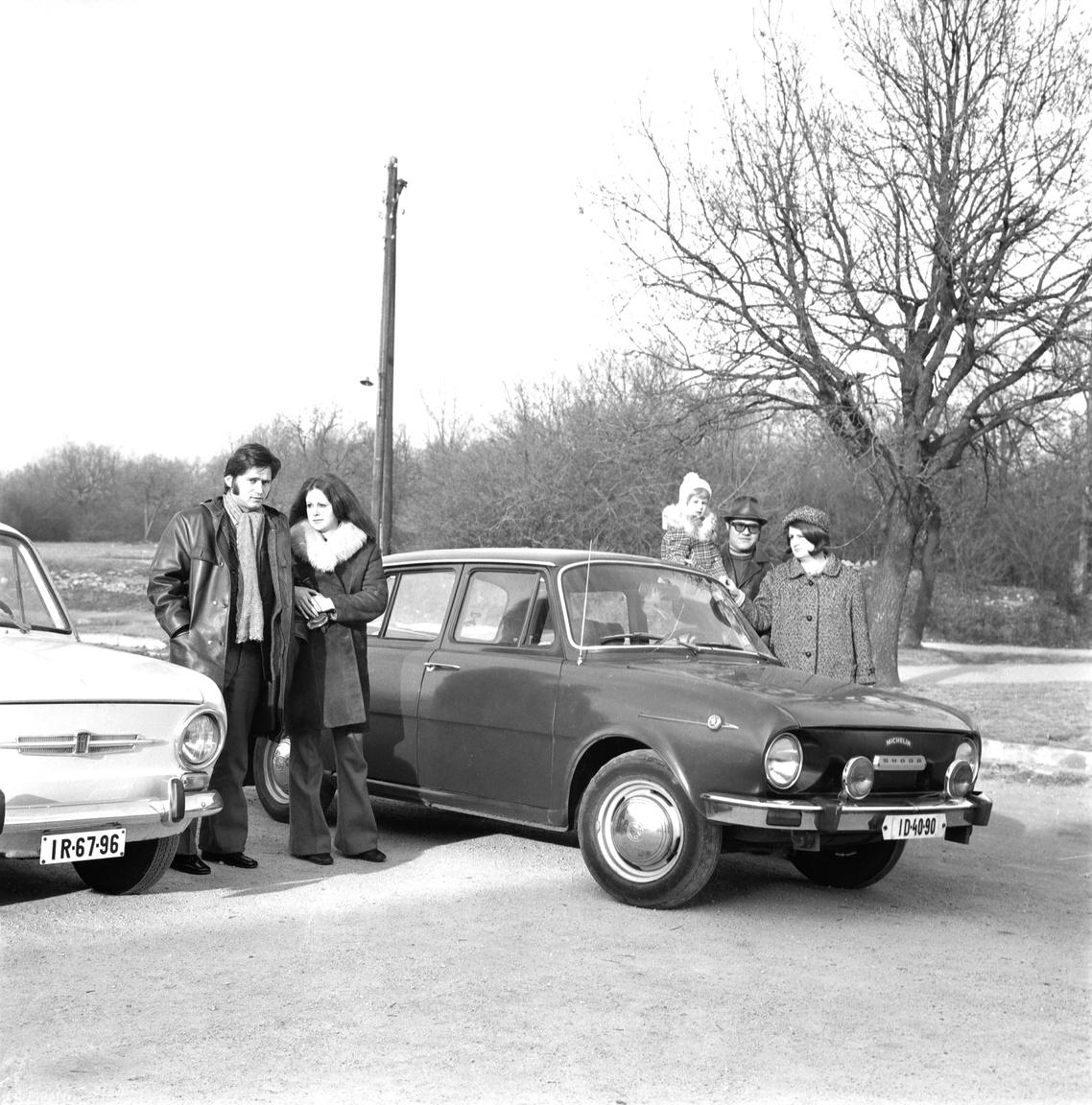 """Újabb autós pózolás, ezúttal a hetvenes évekből, és immár nem idegen tollakkal ékeskedve, hanem a család első kocsijával. """"Innen már nekem is vannak emlékeim. Szűkösen ugyan, de a Škoda például megvan. És a testvérem is megvolt már."""""""