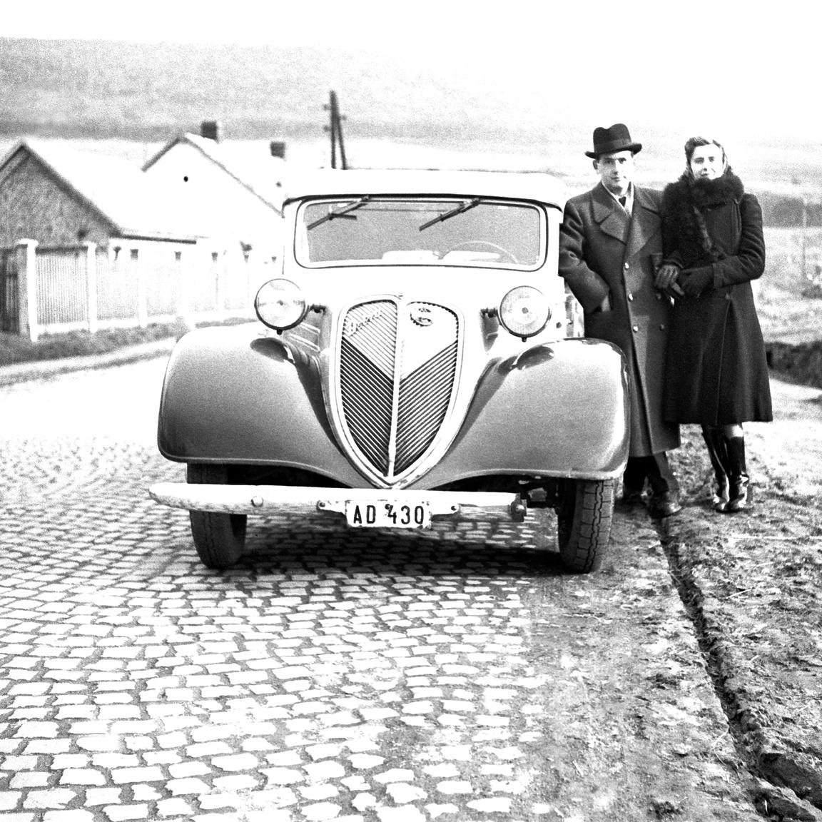 """""""Idegen tollak. Akkor is divat volt az autó mellé állva fényképezkedni. Nagyapámnak sosem volt autója. Azt mondta mindenhová el lehet jutni tömegközlekedéssel, akkor meg minek?"""" (Glázer Attila)"""
