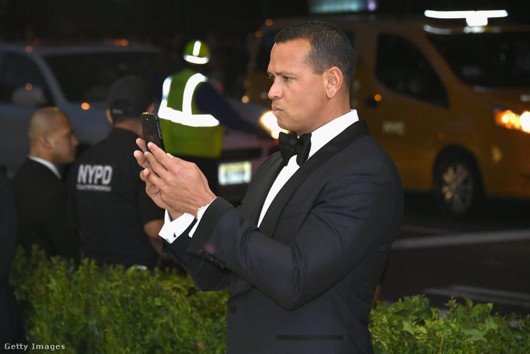 A cím nyertese Alex Rodriguez, aki körülbelül hat tucat fotót készített barátnőjéről, Jennifer Lopezről.A kék sátorként érkezett énekesnőt ebben a galériában tekintheti meg.