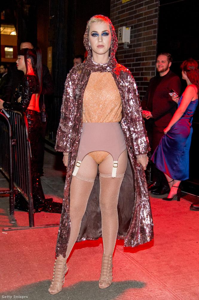 És így érkezett meg a rendezvény afterpartijára, amelyet Rihanna tartott.