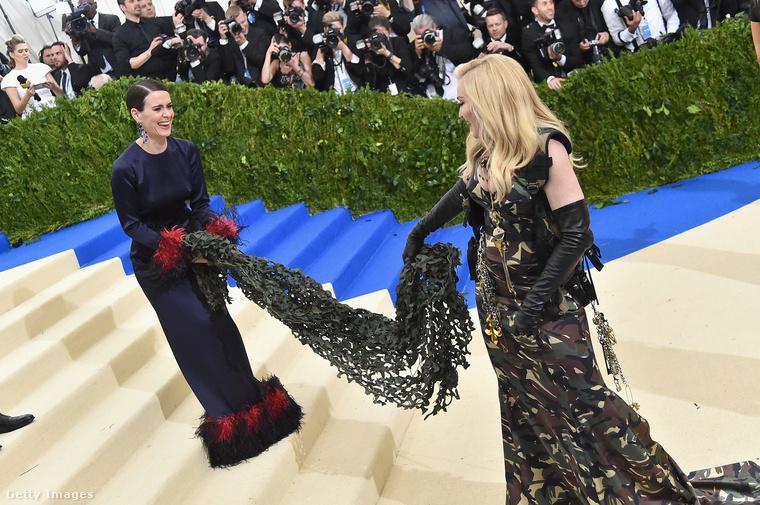 Ahhoz képest, hogy nekünk mennyire nem jött be Madonna terepszínű estélyije, illetve megjelenésének más elemei, Sarah Paulson színésznő a jelenlévők szerint látványosan örült az énekesnőnek
