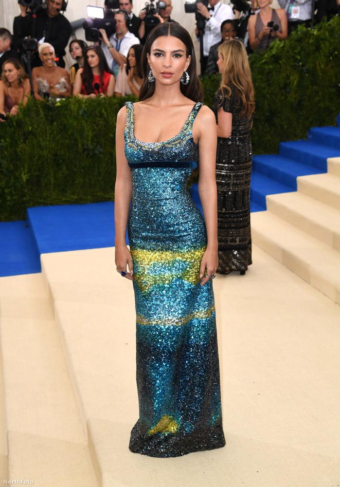 Ha már öltözködés: Emily Ratajokwski modell tőle egészen szokatlanul visszafogottan jelent meg a divateseményen