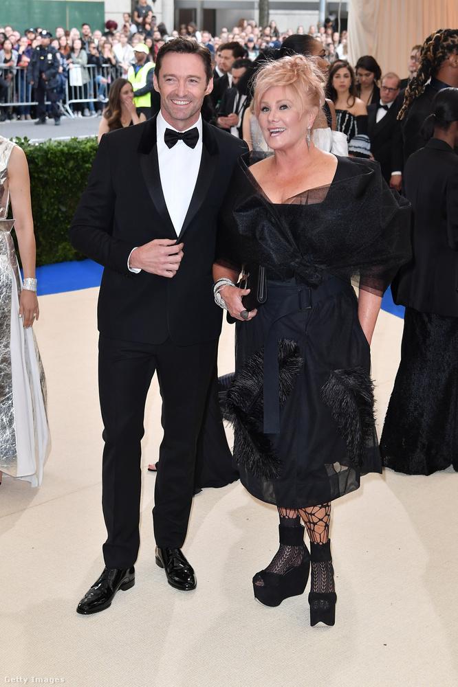 Versenyen kívül indul Hugh Jackman és felesége, Deborra-Lee Furness, akiket nagyon ritkán látunk együtt - talán már el is felejtették, hogy néz ki Logan felesége.