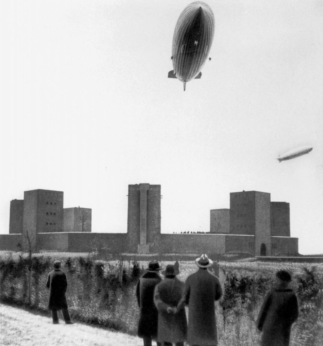 1936. március 28. A Hindenburg és a Graf Zeppelin közös repülése Németországban. A képen épp a Tannenberg emlékmű fölött haladnak el.