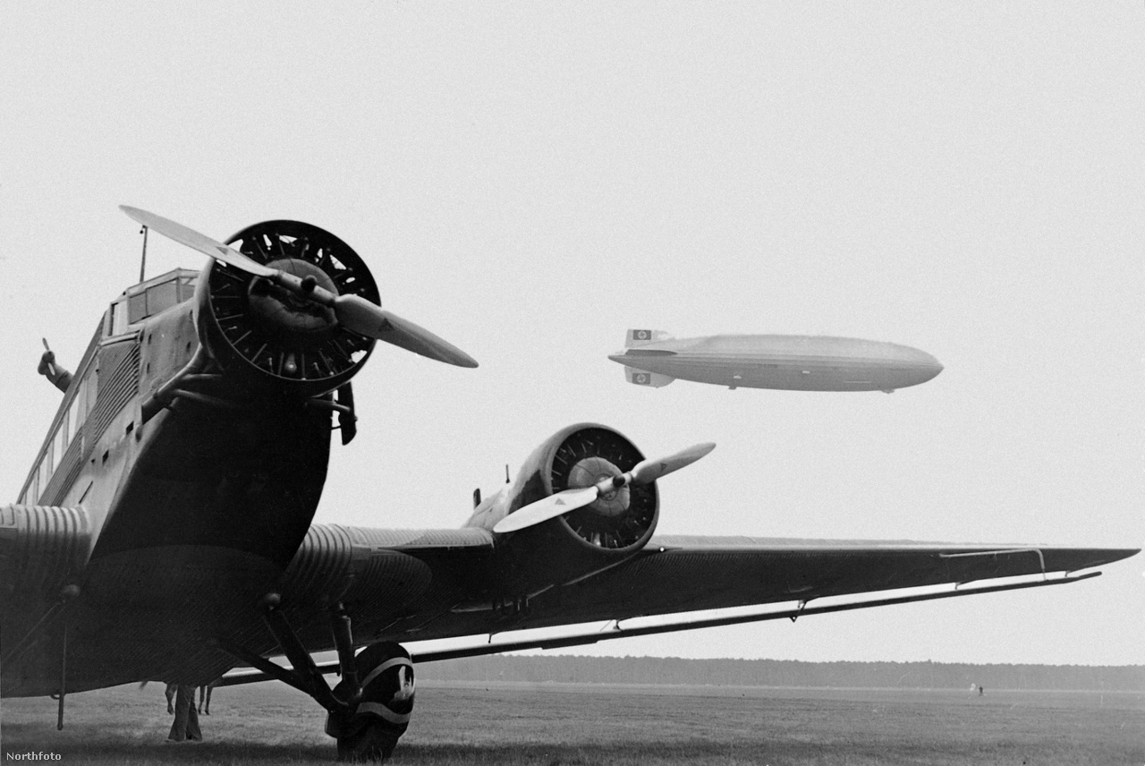 1936. július 9. A frankfurti reptér megnyitójára érkezik a Hindenburg, az előtérben egy Junkers Ju-52, hárommotoros utasszállító repülőgép.