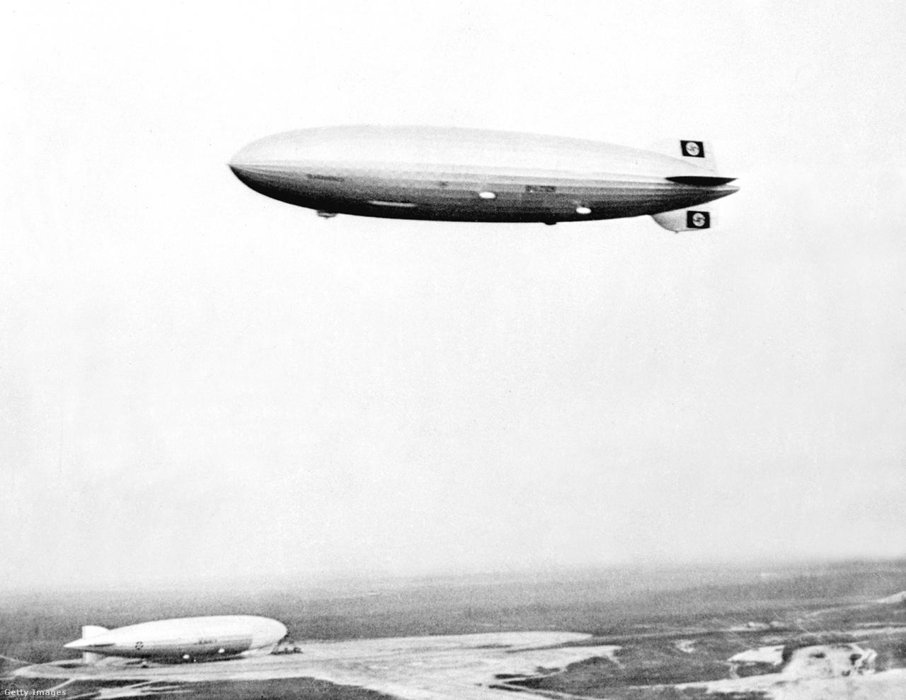 1939. május 9. Lakehurst légterében. A háttérben az amerikai haditengerészet egyik léghajója.