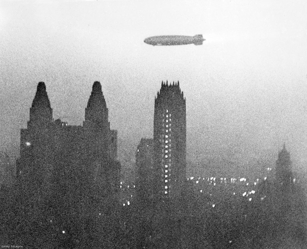 1939. május 9., New York. A Hindenburg ellebeg Manhattan felhőkarcolói fölött a kissé párás hajnali félhomályban.