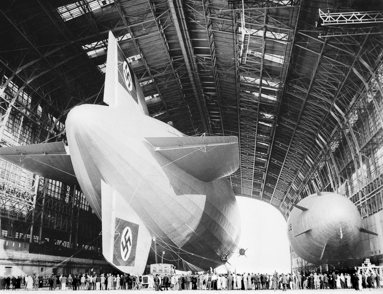 Kétségkívül impozáns látványt nyújtott a Hindenburg a hatalmas hangár acélszerkezetétől ölelve.