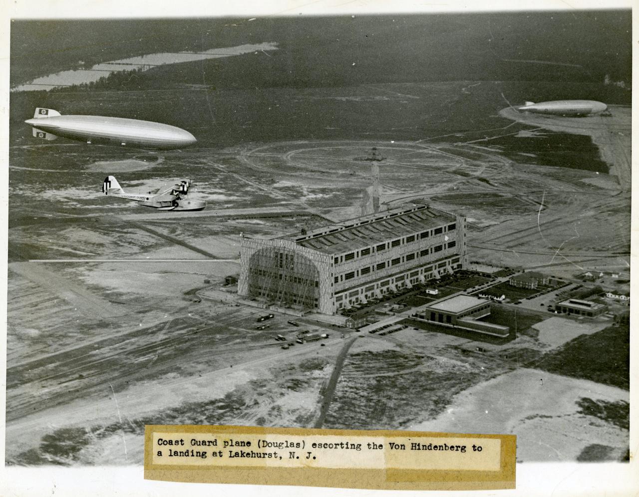1936. május 9. Első érkezés az Egyesült Államokba. A Hindenburgot a parti őrség repülőgépe kíséri a lakehursti kikötőhelyre.