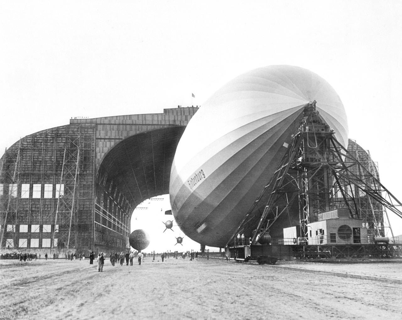 1936. május 9. A kép akkor készült, amikor a Frankfurtból érkezett léghajót bevitték a lakehursti hangárba.
