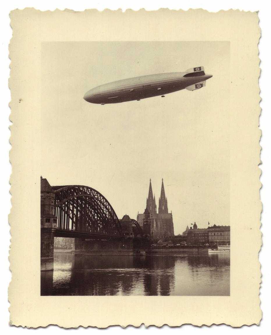 Ezen a 1936. márciusi fotón Köln fölött, az egyik korai propaganda-repülése közben látható a Hindenburg. Az alsó függőleges vezérsíkon jól látható egy sérülés, amit akkor szerzett a léghajó, amikor szeles időben kissé földhöz csapódott a farokrész.