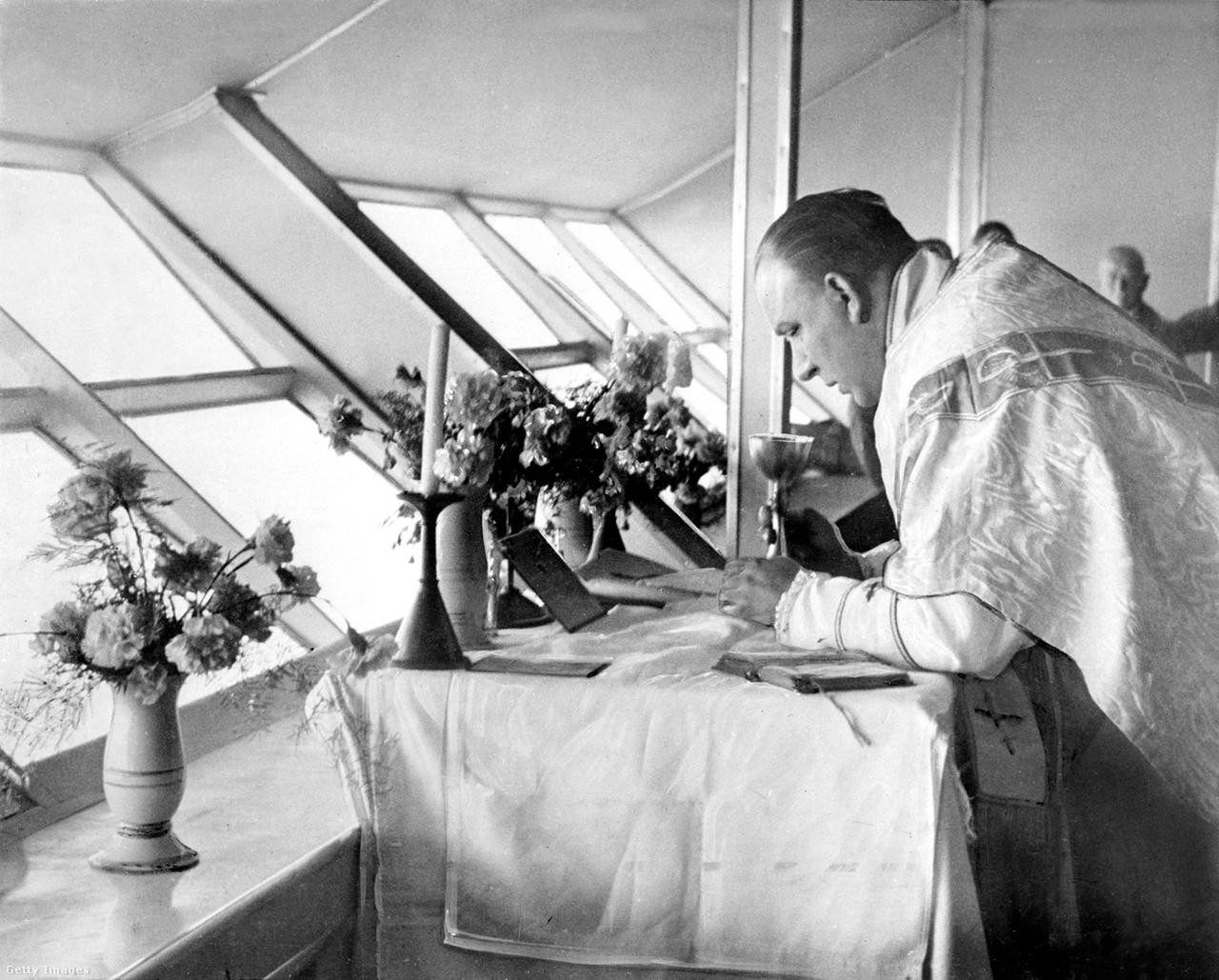 1936. május: mise a Hindenburg fedélzetén, valahol az Atlanti-óceán fölött, első útján Amerika felé. A pápa állítólag csak úgy adott engedélyt a szertartásra, hogy ha ígéretet kap arra, hogy nem ömlik ki a misebor. A meglehetősen simán repülő Hindenburg kapitánya szavát adta.
