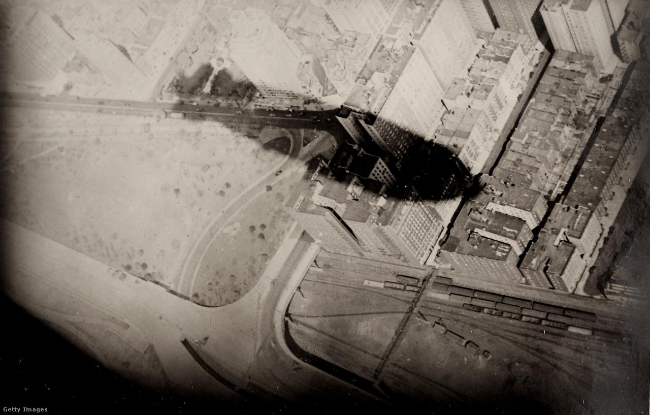 A Hindenburg árnyéka, ahogy lakótelepek fölött halad az LZ129 lajstromjelű léghajó utolsó útján. A képet a katasztrófa egyik amerikai túlélője, az akkor 24 éves Peter Belin készítette a Hindenburg utasfedélzetéről.
