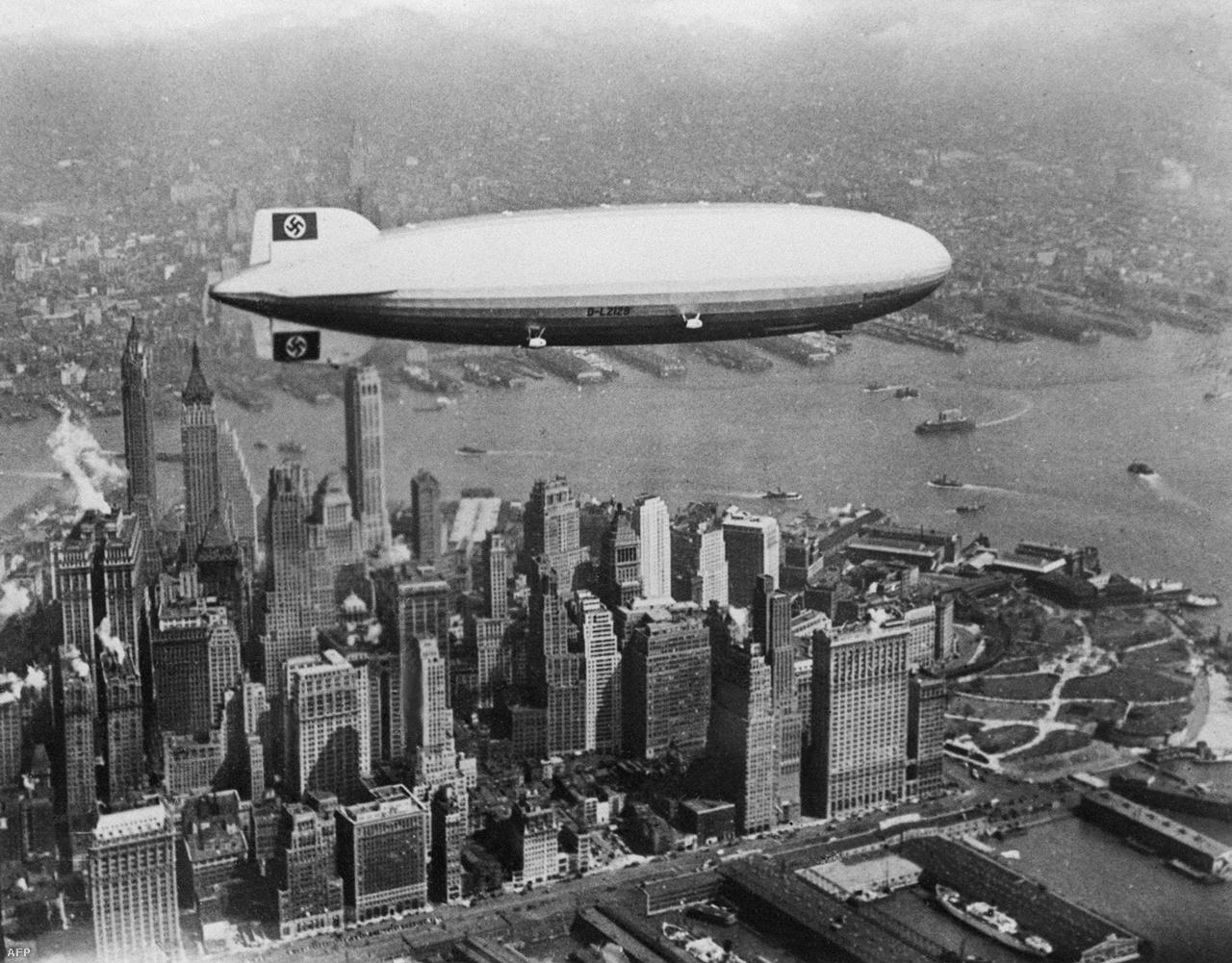 Ikonikus fotó: horogkeresztes felségjel Manhattan fölött.