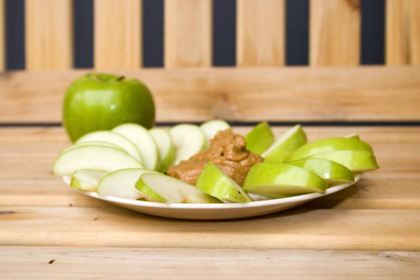 Egy evőkanál mogyoróvaj és egy béltisztító rostokkal teli zöldalma még pont belefér. Készítsd a mogyoróvajat házilag, a földimogyorót körülbelül 15-20 percig turmixolva.