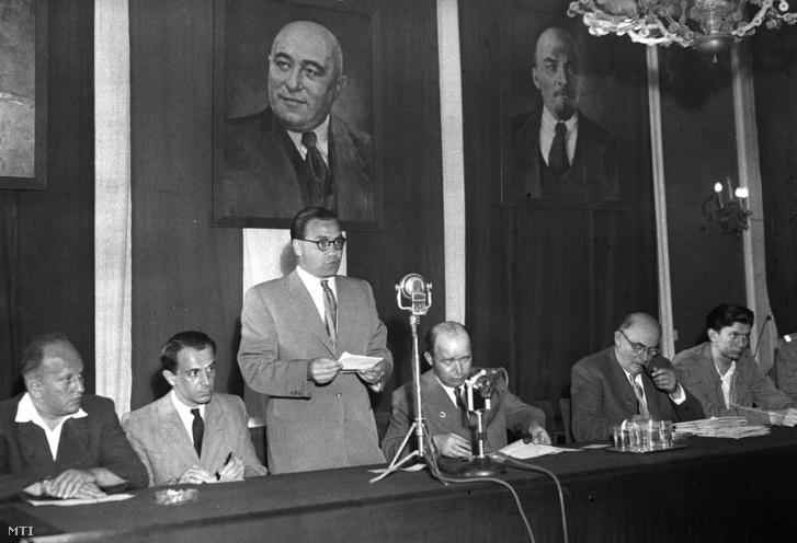 1950. június 1. Losonczy Géza beszédet mond az első ízben kiosztásra kerülő József Attila irodalmi díjak átadási ünnepségén mellette balról Gergely István és Illés Béla.