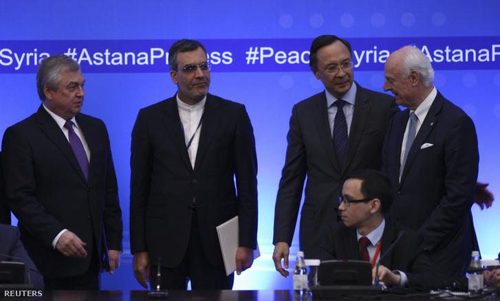 Az orosz küldöttség vezetője, Alexander Lavrentyev, Hosszein Jaberi Anszari iráni külügyminiszter-helyettes, Kairat Abdrakhmanov kazah külügyminiszter és az ENSZ Szíriáért felelős különmegbízottja, Staffan de Mistura Asztanában.